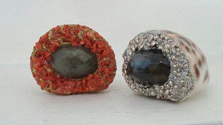 anelli conchiglia labradorite grigio verde blu con corallo e oro e con pepite argento